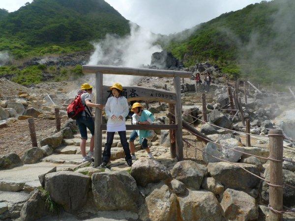 บ่อน้ำแร่กำมะถัน ในหุบเขาโอวาคุดานิ เป็นบ่อน้ำแร่ที่สามารถต้มไข่ให้สุกได้ (97 C)