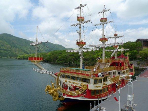 เรือโจรสลัด ในทะเลสาบอาชิ ทะเลสาบที่ก่อตัวจากลาวาภูเขาไฟฟูจิ